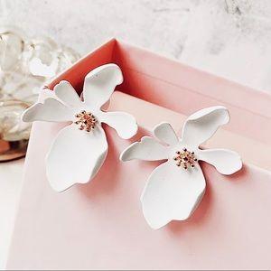 Beautiful white flower blossom stud earrings NEW